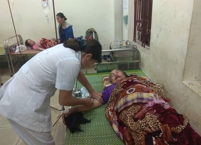 Nạn nhân bị sét đánh được chăm sóc tại trung tâm y tế. (Ảnh: Giang Phan)