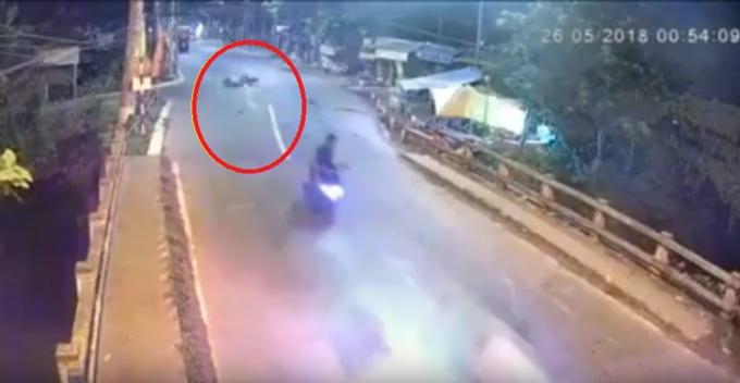 Chiếc xe tai nạn vỡ nát, văng xa hàng chục mét.