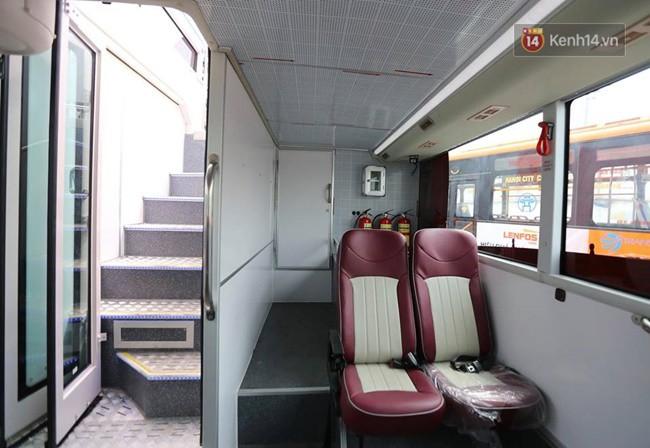 Lối cầu thang dẫn lên tầng trên của xe buýt