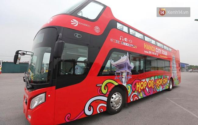 Xe buýt 2 tầng mở mui cho phép khách thoải mái ngắm nhìn cảnh quan Thành phố từ trên cao. Xe thiết kế đẹp, đặc trưng du lịch, dễ nhận biết. Xe được trang bị wifi miễn phí, du khách có thể chia sẻ trải nghiệm, truyền đi những hình ảnh sống động, thời khắc đáng nhớ trong hành trình của mình.