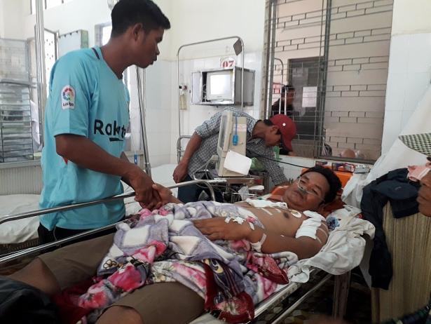 Anh Y Nar đang được cấp cứu tại bệnh viện sau khi sét đánh.