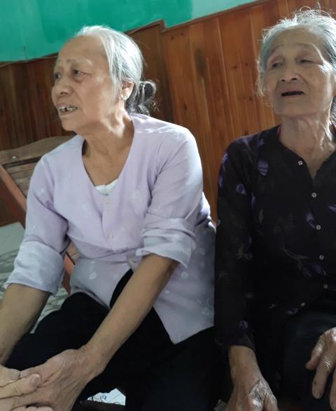 Bà của Kh. (bên trái) không thể tin cháu ngoại mình đã tử nạn trong vụ TNGT.