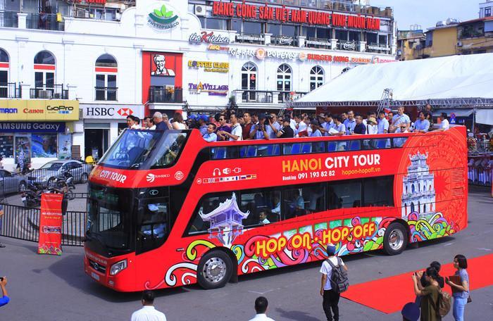 Với xe bus 2 tầng, các điểm tham quan đặc trưng, các di tích lịch sử, văn hóa, được chọn sẵn dành cho du khách với nhiều thông tin thuyết minh hấp dẫn, nhất là những du khách lần đầu đến Thủ đô không phải mất thời gian tìm hiểu và chọn lựa, tìm đường, tìm phương tiện di chuyển và hướng dẫn viên.