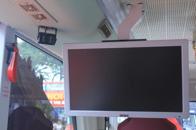 Xe sử dụng công nghệ dẫn đường định vị toàn cầu GPS. Toàn bộ hệ thống City Tour được lập trình tự động khi vận hành nhằm đảm bảo cứ cách 30 phút tại bất kỳ điểm nào trong hành trình đều có một xe đến và đi. Chiếc xe 2 tầng đạt tiêu chuẩn khí thải Euro 4, sàn phẳng thấp thuận lợi cho người già, trẻ em hay xe lăn của người khuyết tật lên, xuống xe. Trên xe còn được trang bị wifi miễn phí, cổng sạc USB, tủ lạnh, màn hình, camera quan sát.