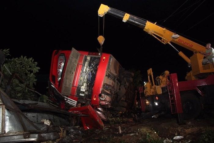 Hiện trường vụ tai nạn lật xe khách khiến 11 người thương vong. Ảnh: Người Lao Động
