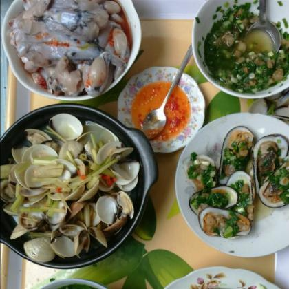 Do nguyên liệu chủ yếu được chế biến từ các loại hải sản tươi sống, mới lấy từ biển lên, nên khi ăn bạn còn cảm nhận được cả hương biển nồng nàn. Ảnh: Hàu sữa Long Sơn.