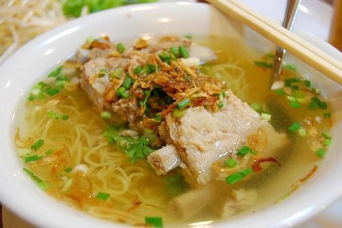 Bạn có thể ăn tại các quán bán hủ tiếu trên đường Trương Công Định, đường 30/4 Lý Tự Trọng… với giá từ 25.000 đồng một tô. Ảnh: Xzone.vn
