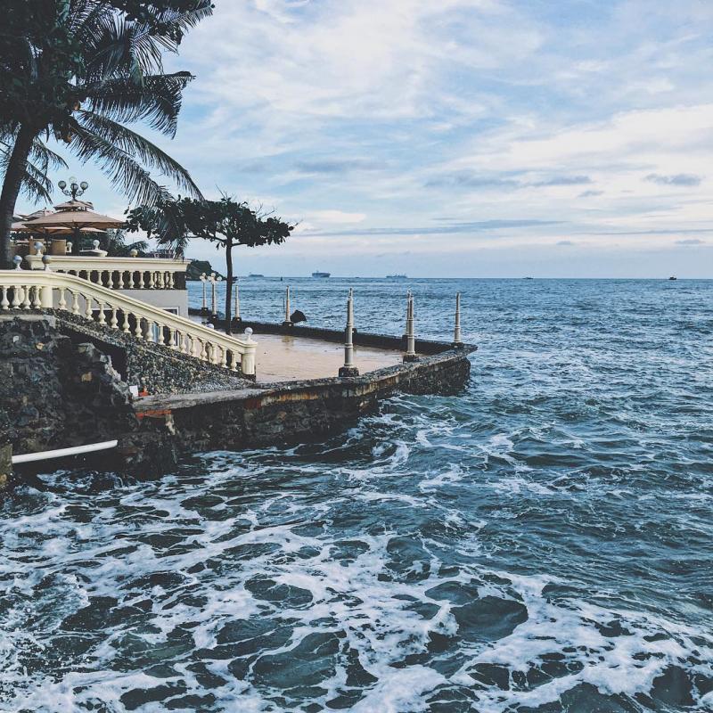Lan Rừng nằm sát biển, ngồi ngâm nhi ly cà phê, nghe tiếng sóng vỗ, gió mát rười rượi khiến bất cứ ai đến đây cũng hài lòng. Ảnh: Callous T. a.k.a MC Callous on Instagram