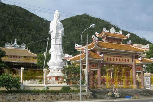 Với địa thế thuận lợi trước biển, sau núi nên ngôi chùa luôn thu hút nhiều du khách vãn cảnh. Ảnh: Vietnamtourism.