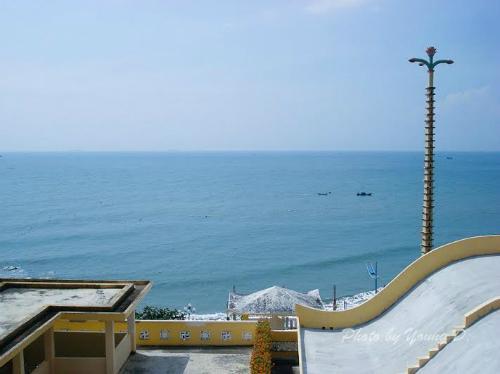Đứng trên tầng mái của Niết Bàn Tịnh Xá, du khách được ngắm trọn biển núi Vũng Tàu mênh mông. Ảnh: Panoramio.