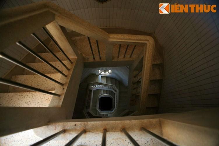 Trong thân tượng có cầu thang xoắn ốc gồm 133 bậc, chạy từ bệ lên cổ tượng, nơi có cửa thông ra hai vai. Trong lòng tượng có thể chứa được 100 khách tham quan cùng một lúc.
