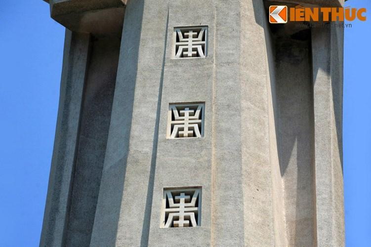 Tà áo tượng có trổ 3 ô cửa sổ tô điểm bằng hoa văn chữ thọ, giúp lòng tượng được chiếu sáng tự nhiên và thoáng khí.