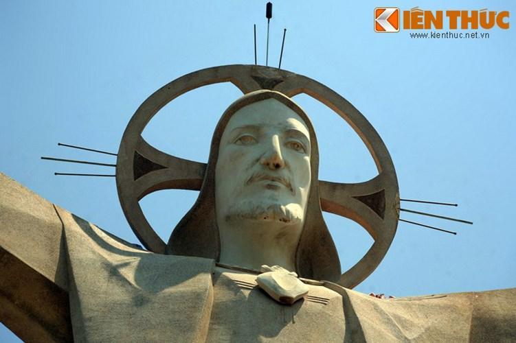 Hào quang quanh đầu tượng đảm nhiệm luôn vai trò của cột thu lôi chống sét.
