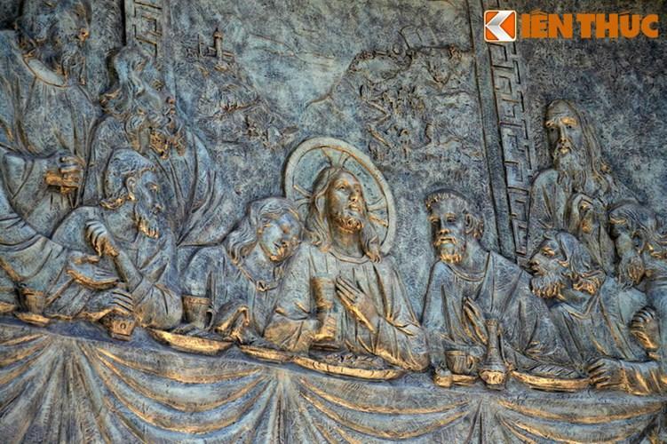 Cận cảnh phù điêu chạm hình Chúa và 12 tông đồ trên bệ tượng.