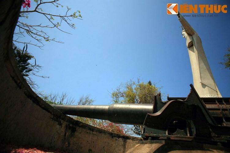 Bên tượng còn có các khẩu thẩn công cổ tuổi đời trên 1 thế kỷ do quân Pháp để lại.