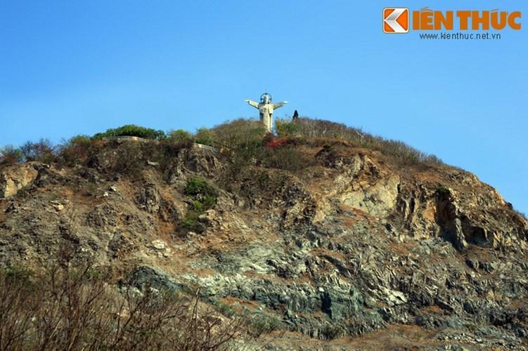 Lịch sử hình thành của bức tượng bắt đầu vào tháng 3/1974, khi chính quyền địa phương cho phép Giáo hội Công giáo xây dựng tượng đài Chúa Jesus trên núi Nhỏ và việc xây dựng bắt đầu được tiến hành. Công trình hoàn thành giai đoạn một thì diễn ra sự kiện giải phóng miền Nam nên phải ngưng lại.