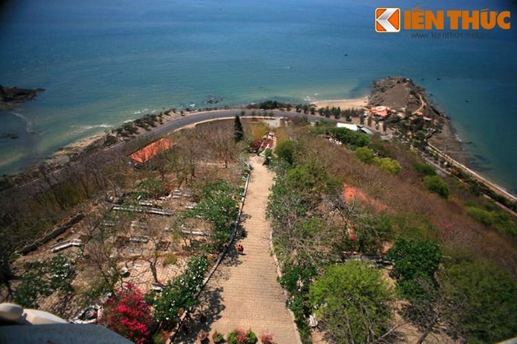 Đường lên tượng có 1.000 bậc thang với chiều dài khoảng 500m.