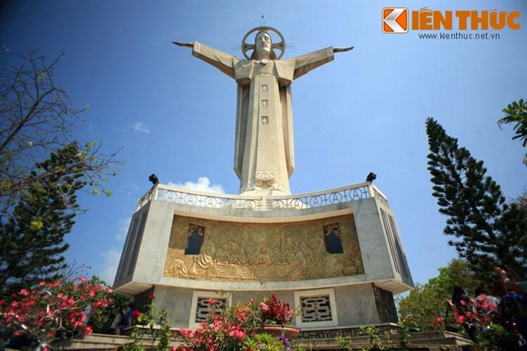Về tổng thể, tượng có chiều cao 32 mét, chiều dài hai cánh tay là 18,4 mét, đặt trên bệ khối chạm hình Chúa và 12 tông đồ.