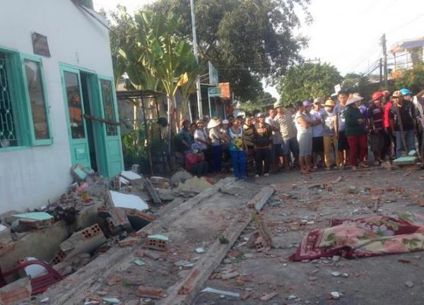 3 người phụ nữ và 1 trẻ em đã tử vong trong vụ sập mái hiên(Ảnh: Dân việt)