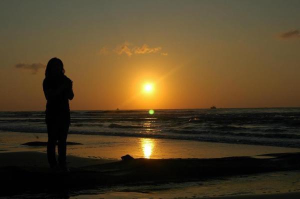 Đi bộ thong dong trên bãi biển đón hoàng hôn là trải nghiệm thú vị nhất ở hồ Tràm. (Nguồn: @ nox-potter)