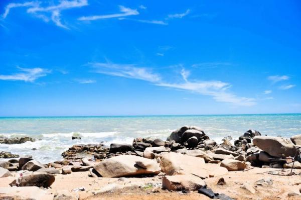 Còn gì tuyệt vời hơn được ngồi trên những mỏm đá lắng nghe sóng biển, để từng làn sóng ôm ấp, vỗ về đôi chân. (Nguồn: vntrip.vn)