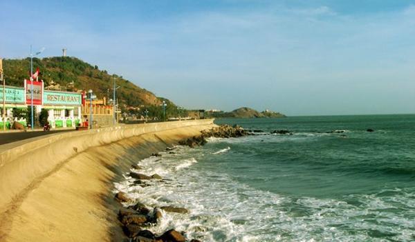 Tận hưởng hương vị gió biển cùng với vẻ đẹp của những con sóng bạc đầu nơi đây. (Nguồn: Internet)