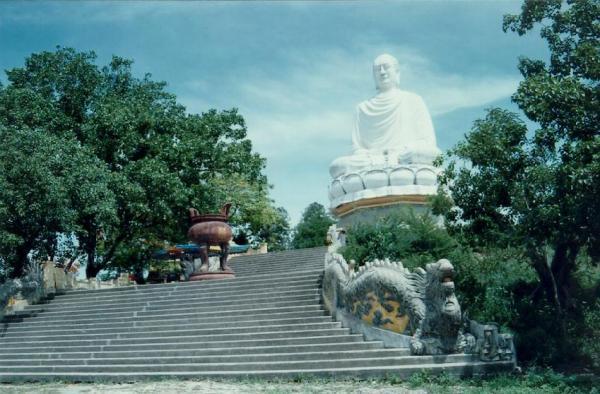 Nơi đây có sự kết hợp hài hòa giữa nét đẹp tôn giáo và thiên nhiên. (Nguồn: banchanviet)