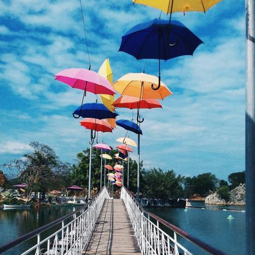 Cây cầu bắc qua hồ được điểm xuyến với những chiếc ô nhiều màu sắc. (Nguồn: @ yv.vh)
