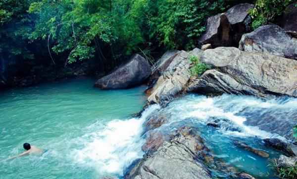 Thả mình vào dòng nước trong xanh và mát rượi cho bạn cảm giác sảng khoái. (Nguồn: foody.vn)
