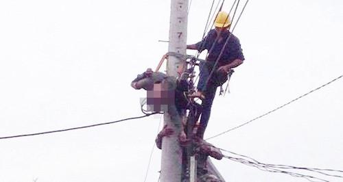 Nam công nhân bị điện giật tử vong ngay trên trụ điện, chỉ vì sự thiếu trách nhiệm của đồng nghiệp.