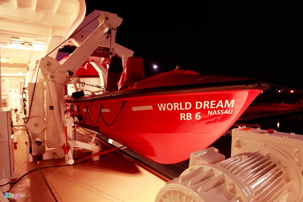 World Dream cũng trang bị đầy đủ các trang thiết bị cứu hộ, bảo hộ an toàn trong trường hợp khẩn cấp. Vào những ngày có gió lớn hoặc bão, các dịch vụ ngoài trời sẽ đóng cửa.