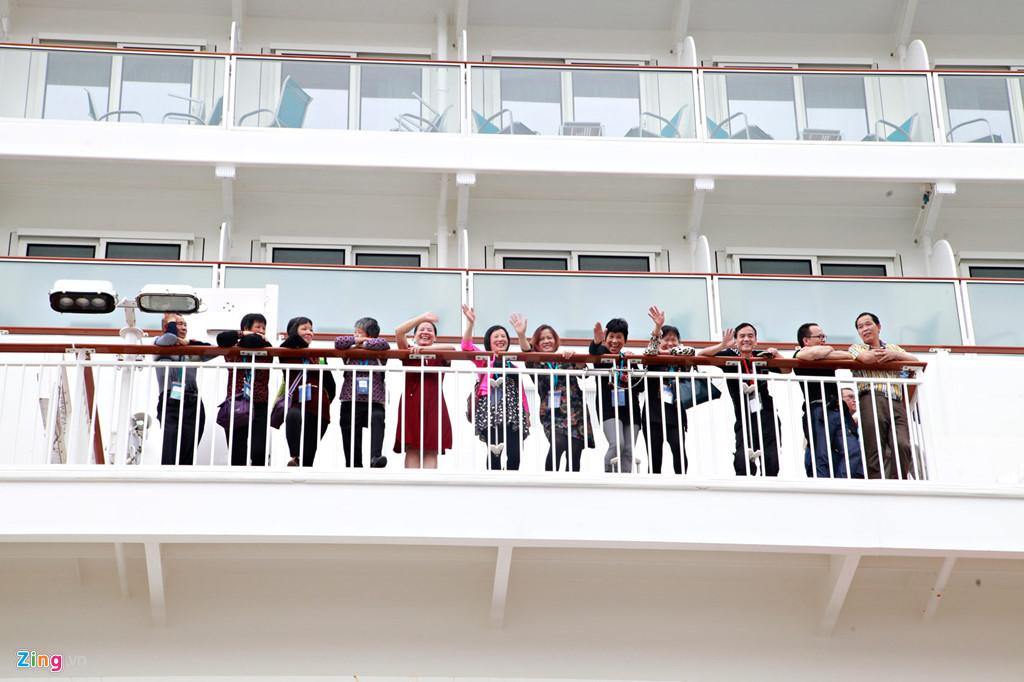 Du khách trên tàu World Dream mang nhiều quốc tịch nhưng chủ yếu là người Trung Quốc. Trong lần đầu xuất bến, tàu chở theo hơn 3.400 du khách và dừng lại ở Việt Nam 6 ngày 5 đêm.