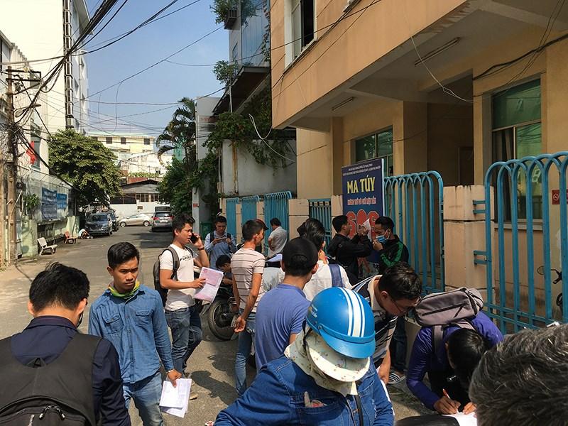 Khoảng 30 người dân sau đó đã đến trụ sở UBND phường 8, quận Phú Nhuận để yêu cầu được giải quyết quyền lợi. Ảnh Nguyễn Tân.