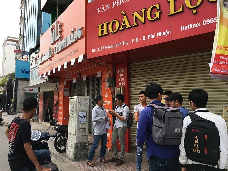 Nhiều ngườitừng nộp hồ sơ học lái xe ở công ty Hoàng Lộc đã đến trụ sở đơn vị này yêu cầu giải quyết. Ảnh NguyễnTân.