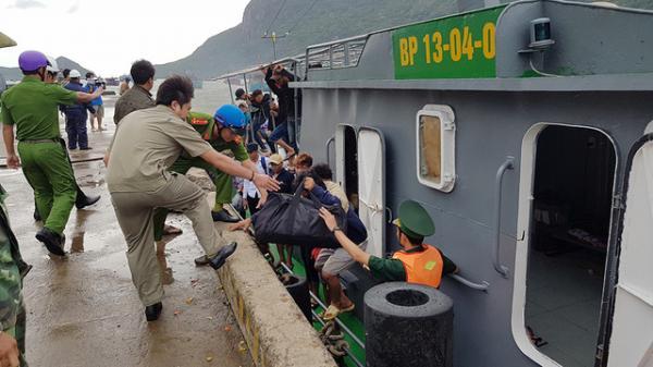 Dù đã được cảnh báo nhưng tới sáng 25-12, vẫn còn hàng trăm ngư dân chưa chịu lên bờ, lực lượng chức năng phải cưỡng chế - Ảnh: Bá Sơn