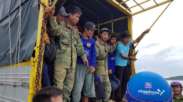 Đưa ngư dân đến nơi trú bão - Ảnh: Bá Sơn