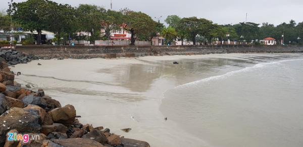 Nước biển bất ngờ rút xa ở Côn Đảo. - Ảnh: Hải An.
