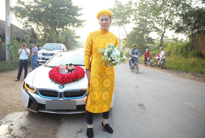 Ông xã kém 8 tuổi của Lâm Khánh Chi nổi bật với áo dài vàng, hồi hộp trong ngày trọng đại.