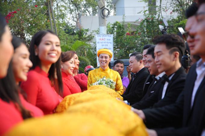 Chồng trẻ của Lâm Khánh Chi tươi cười rạng rỡ bên các phù dâu, phù rể.