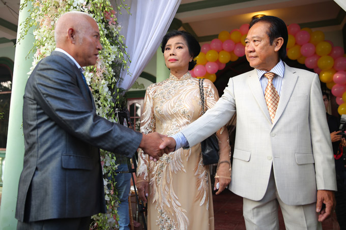 Bố mẹ Lâm Khánh Chi tiếp đón thông gia sang làm lễrước dâu về Vũng Tàu.