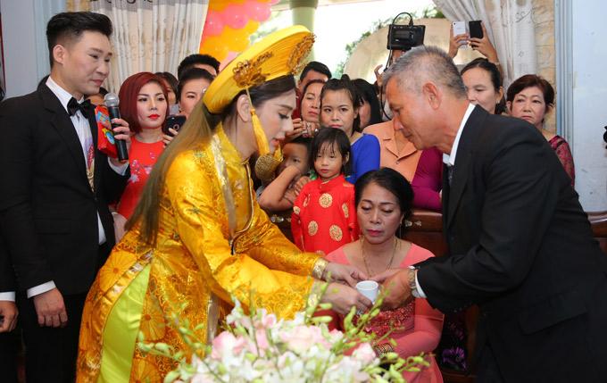 Lâm Khánh Chi mời rượu cảm ơn bố mẹ ruột và bố mẹ chồng trong hôn lễ.