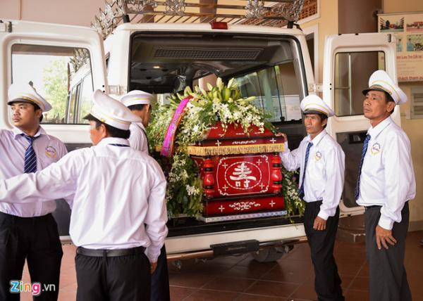 Sáng 29/11, linh cữu của diễn viên Thiên Lộc được đưa đến nghĩa trang Phúc An Viên, quận 9, TP.HCM hỏa táng. Trước đó, linh cữu được đặt tại chùa Pháp Thường, Nhơn Trạch, Đồng Nai.