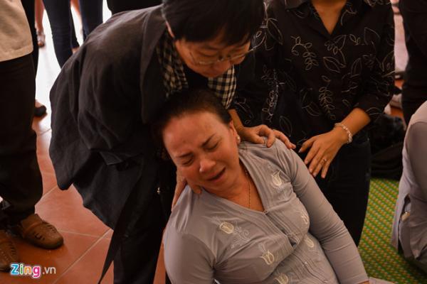 Trong khi đó mẹ nam diễn viên khóc nức nở và ngất xỉu trước giờ đưa tiễn con trai. Nỗi đau mất con quá lớn khiến bà không thể đứng vững.