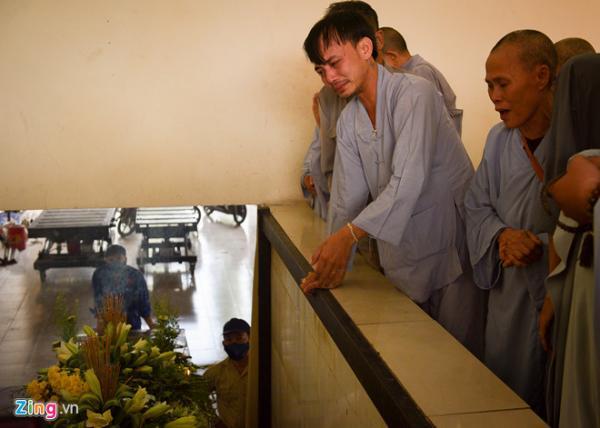 Sự ra đi bất ngờ của nam diễn viên trẻ khiến người thân và bạn bè đau xót. Anh trai Thiên Lộc thất thần khi linh cữu của em đưa xuống hỏa táng.