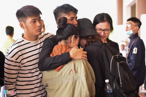 Những người bạn thân của nam diễn viên cũng đến đưa tiễn. Sự ra đi đột ngột của bạn khiến mọi người không kìm được nước mắt. Trong tâm trí bạn bè, Thiên Lộc là người hiền lành, tốt tính.