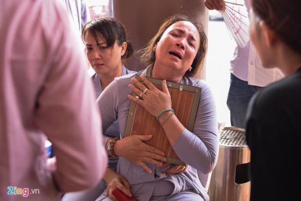 Mẹ Thiên Lộc ôm di ảnh con trai khóc đến khan tiếng. Nam diễn viên tốt nghiệp khóa K37, Đại học Sân khấu Điện ảnh TP.HCM. Nhờ chất giọng trầm ấm, Thiên Lộc từng có thời gian làm phát thanh viên tại đài Phát thanh và Truyền hình tỉnh Vũng Tàu.