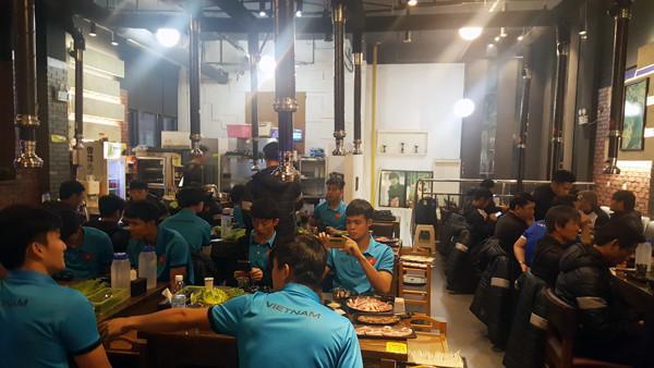 Các cầu thủ và Ban huấn luyện được xông hơi và ăn tại một nhà hàng Hàn Quốc.