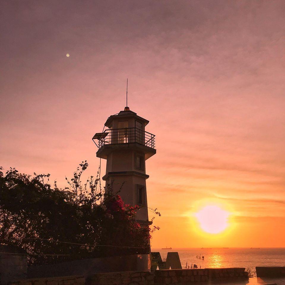 Hoàng hôn phố biển hiện lên với những sắc màu thật vi diệu (Ảnh: Van Nguyen Ngo)
