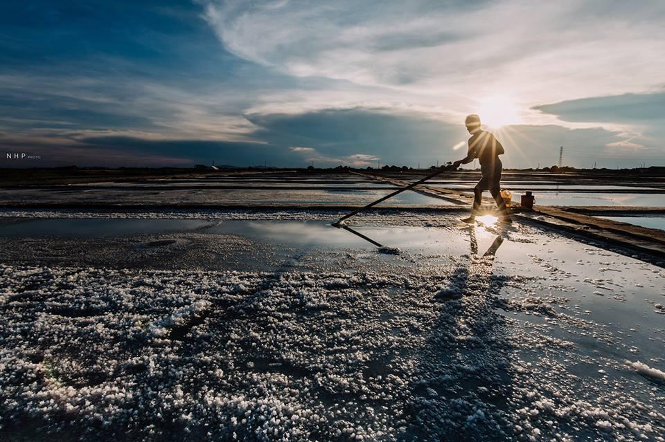 Diêm dân phải làm việc cường độ cao dưới ánh mặt trời, vì có nắng mới làm được muối, và mất trắng nếu trời đổ mưa.
