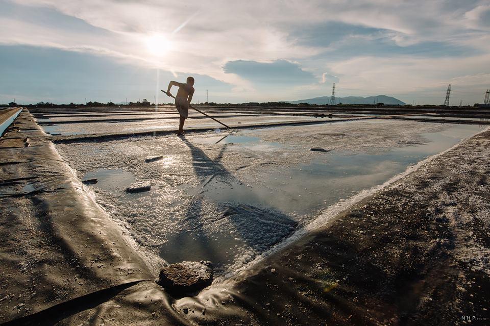 Trong cái nắng gắt của miền biển, diêm dân tạo ra những hạt muối với nhiều công đoạn nhọc nhằn.